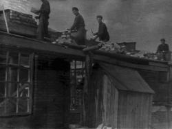 Первоначально школа размещалась в двух деревянных бараках с печным отоплением